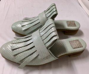 令和第3号はミントブルーのサンダル。明子さんの靴作り3足目。