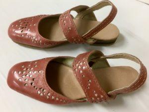令和第13号はルージュピンクのサンダル。みつ江さんの靴作り。